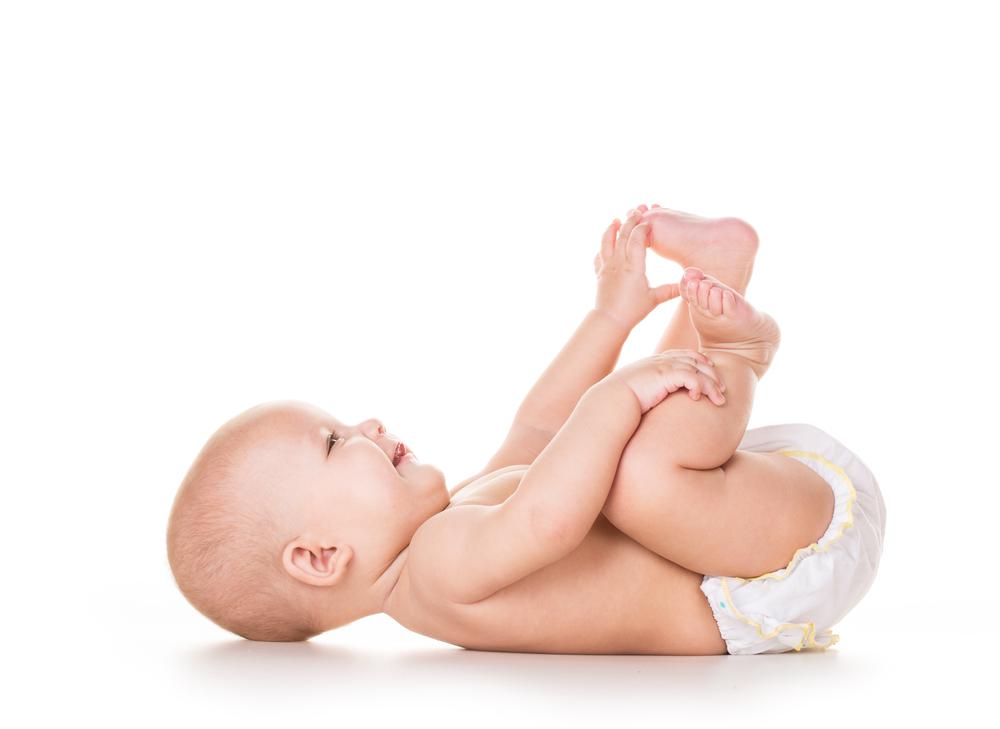 Neonato che gioca con i piedi